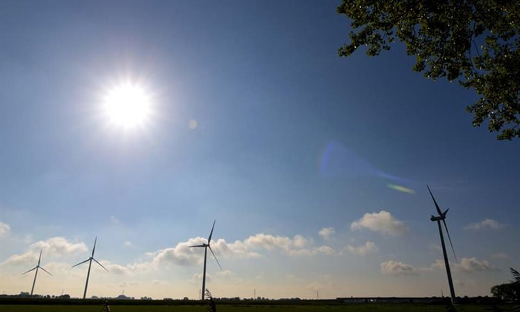 Windmolens in volle zon
